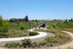 Cultive a passagem subterrânea permite que os pedestres e os ciclistas viajem unimpeeded na área de espaço aberto de Bosque do gr foto de stock