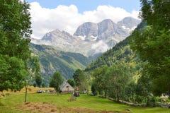Cultive perto do Cirque de Gavarnie Hautes-Pyrénées, França imagens de stock royalty free