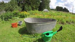 Cultive un huerto con los dispositivos de riego, lapso de tiempo 4K metrajes