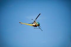 Cultivez l'hélicoptère de chiffon de pulvérisateur, les montagnes de pulvérisation, les champs et le l Images stock