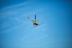 Cultivez l'hélicoptère de chiffon de pulvérisateur, les montagnes de pulvérisation, les champs et le l Image stock
