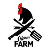 Cultivez le logo avec un coq et les outils de l'agriculteur photographie stock libre de droits