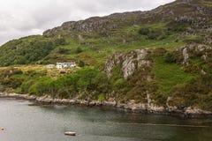 Cultivez le manoir sur la colline rocheuse outre du loch Carron, Ecosse Images libres de droits