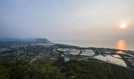 Cultivez le village de pêche sur le littoral chez au sud de la Thaïlande image stock