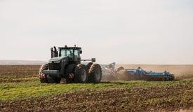 Cultivo del tractor Fotografía de archivo libre de regalías