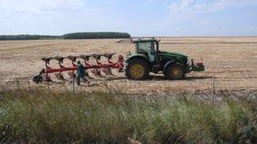 Cultivo del tractor almacen de metraje de vídeo