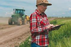 Cultivo esperto, usando a tecnologia moderna na atividade agrícola fotografia de stock royalty free