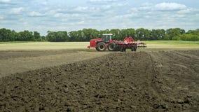 Cultivo rural Pista arada Maquinaria de la agricultura Tractor de cultivo almacen de metraje de vídeo