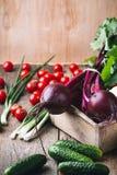 Cultivo vegetal Remolachas, pepinos, coliflor en t de madera Fotografía de archivo