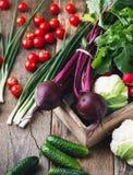 Cultivo vegetal Remolachas, pepinos, coliflor en t de madera Foto de archivo libre de regalías