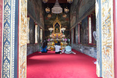 Culto della gente alla statua dorata di Buddha Fotografia Stock