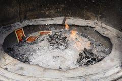 Culto di fuoco: Fuoco all'altare durante la cerimonia Immagini Stock Libere da Diritti