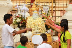 Culto Dio a Shwedagon, Rangoon, Myanmar Fotografia Stock Libera da Diritti