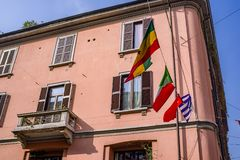 Cultrual-Verschiedenartigkeit auf Anzeige im China-Stadtbezirk von Mailand mit den Fliegenflaggen aus der ganzen Welt stockfotos