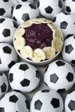 Cultura brasileña Acai y balones de fútbol del fútbol Foto de archivo