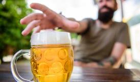 Cultura distinta da cerveja Cerveja fresca fria da caneca no fim da tabela acima O homem senta o terraço do café que aprecia cerv fotografia de stock