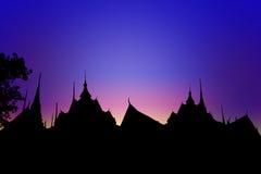 Cultura Tailândia do telhado do templo da silhueta imagem de stock