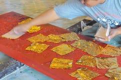 Cultura tailandesa, placa de oro de la cubierta después de la laca Fotos de archivo libres de regalías