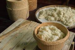 Cultura tradicional que cozinha o arroz pegajoso em Tailândia Fotografia de Stock Royalty Free