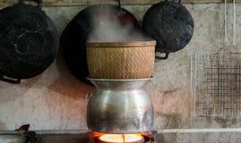 Cultura tradicional que cozinha o arroz pegajoso em Tailândia e em Laos Foto de Stock Royalty Free