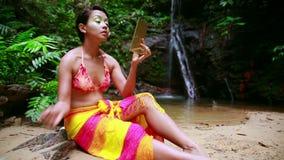 Cultura tribal de la selva tropical de Borneo: Pintura de la cara metrajes
