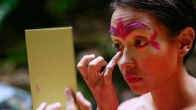 Cultura tribal de la selva tropical de Borneo: Pintura de la cara almacen de metraje de vídeo