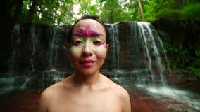 Cultura tribal de la selva tropical de Borneo: Pintura de la cara almacen de video
