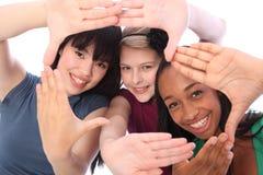 Cultura y diversión étnicas tres amigos de muchacha del estudiante Imágenes de archivo libres de regalías
