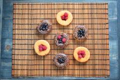 Culturas do alimento das bagas do fruto dos produtos da padaria das framboesas dos anéis de espuma Fotos de Stock Royalty Free