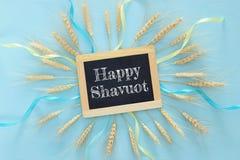 culture de blé sur la table en bois Symboles des vacances juives - Shavuot photo libre de droits