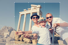 Culture de la photo de la jeune famille positive pour la part en Ne social Photo stock