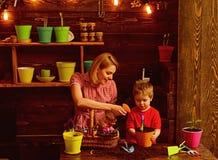 culture culture de la terre avec la famille heureuse concept de culture et d'agriculture Travail dans l'environnement vert photographie stock
