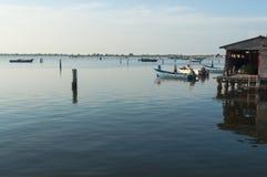 Culture de moule, bateaux à la lagune de Scardovari, Po& x27 ; delta de rivière, image stock