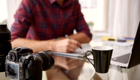Culture sans tête d'un photographe à son espace de travail à la maison Image libre de droits