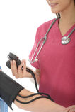 Culture serrée d'une jeune pression femelle professionnelle de docteur Taking The Blood d'un patient Photo libre de droits