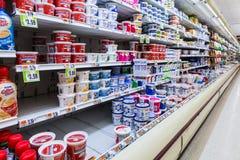 Cultured nabiał nawa w Amerykańskim supermarkecie zdjęcie stock
