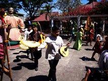 Cultureel toon uitvoerders binnen Nayong Pilipino in Clark Field in Mabalacat, Pampanga royalty-vrije stock afbeeldingen