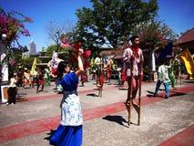 Cultureel toon uitvoerders binnen Nayong Pilipino in Clark Field in Mabalacat, Pampanga stock foto