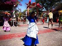 Cultureel toon uitvoerders binnen Nayong Pilipino in Clark Field in Mabalacat, Pampanga royalty-vrije stock foto