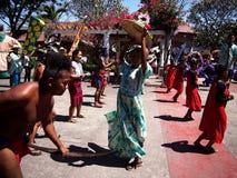 Cultureel toon uitvoerders binnen Nayong Pilipino in Clark Field in Mabalacat, Pampanga stock fotografie