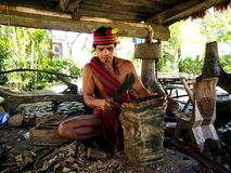 Cultureel toon uitvoerders binnen Nayong Pilipino in Clark Field in Mabalacat, Pampanga royalty-vrije stock fotografie