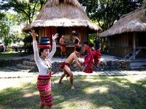 Cultureel toon uitvoerders binnen Nayong Pilipino in Clark Field in Mabalacat, Pampanga royalty-vrije stock foto's