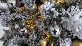 Culturele die traditie - Kerstboom van kunstmatige materialen met speelgoed wordt gemaakt stock video