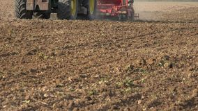 Cultures d'usine de tracteurs avec l'outil spécial de truie closeup 4K banque de vidéos