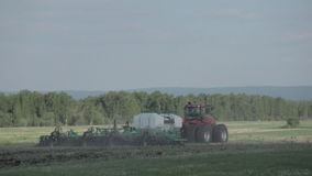Cultures d'usine de tracteurs et de semoir banque de vidéos