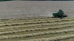Cultures mûres de blé de recolte mécanique de moissonneuse de cartel banque de vidéos