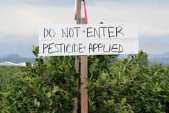 Cultures pulvérisées avec le pesticide photos stock