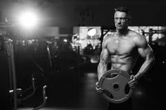 Culturista adulto masculino que se resuelve con el peso Imagenes de archivo