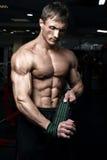 Culturista atletico muscolare fotografie stock