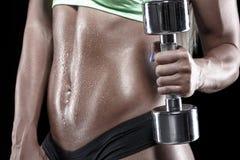 Culturista con l'allenamento sudato del corpo con le teste di legno Fotografia Stock Libera da Diritti
